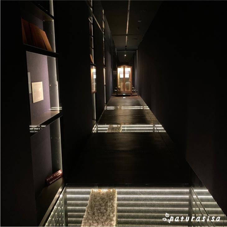 東洋文庫ミュージアムの館内クレバスエフェクト